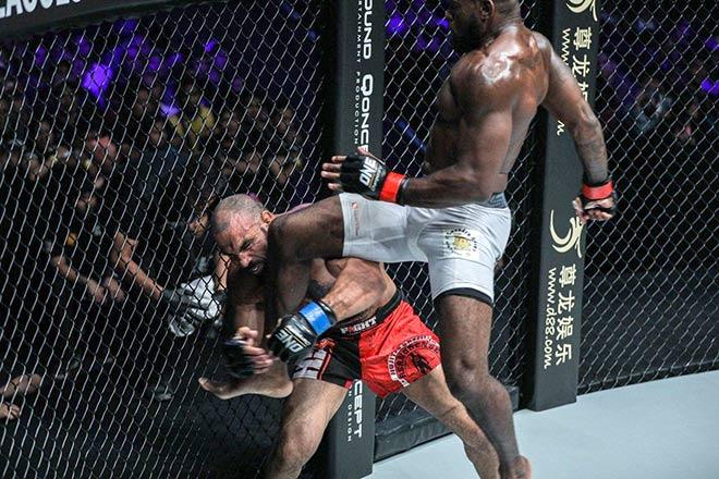Đối thủ tung đòn không tưởng, võ sĩ MMA gần 100kg nhập viện - 1