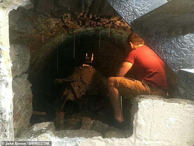 Jake Brown (sống ở Anh) đang sửa sang lại ngôi nhà mới ở khu vựcEmma Place thì phát hiện một bức tường có kết cấu khác lạ.