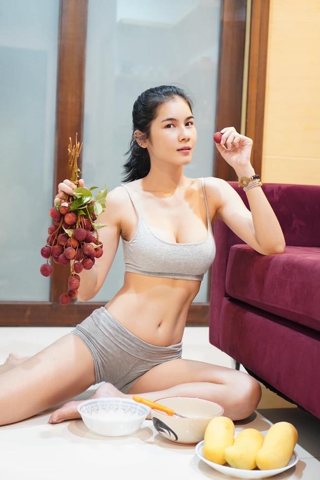 Thời gian gần đây, cô đào 8X còn liên tục được truyền thông Thái Lan đưa tin khi chia sẻ nhiều phương pháp làm đẹp, giữ dáng. Dù ở nhà, Nong Nat vẫn chăm tập thể dục.