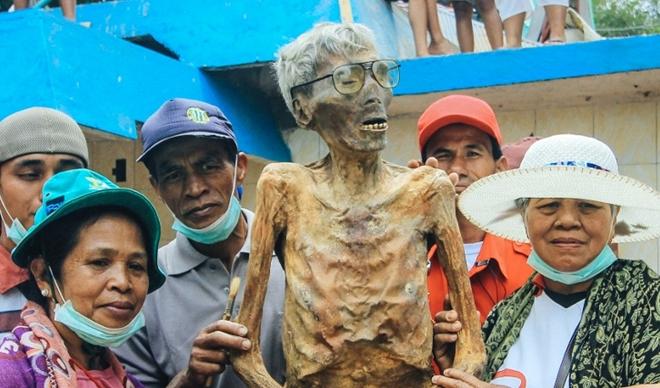 Kinh dị tập tục đưa xác chết ra khỏi mộ đi diễu khắp làng - 1