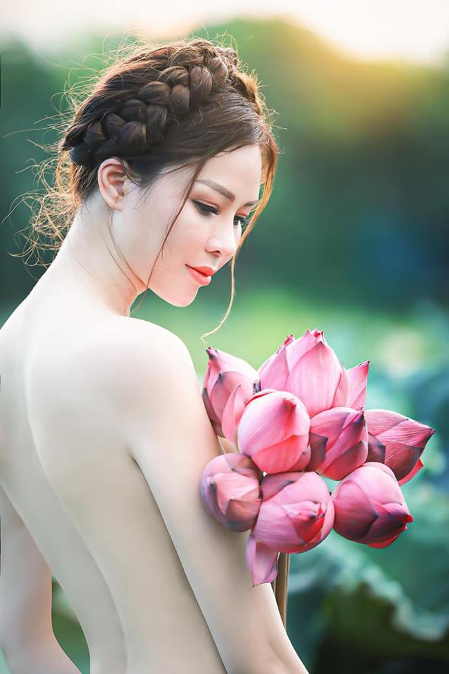 Mới đây trên trang cá nhân, con dâu tỷ phú Hoàng Kiều - cựu người mẫu Đào Lan Phương đã chia sẻ loạt ảnh diện áo yếm bên hồ sen vô cùng quyến rũ.