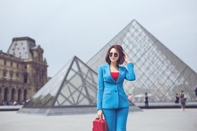 Trong hình ảnh một nữ doanh nhân, cô toát lên thần thái sang trọng, mạnh mẽ.