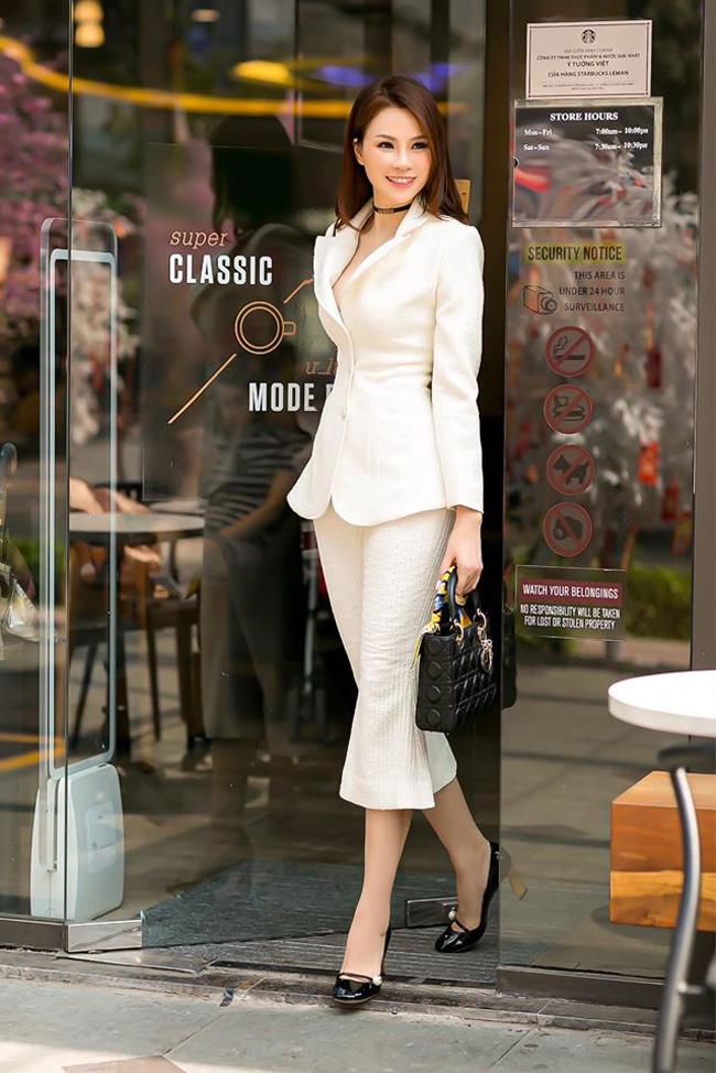 Cô sở hữu gu thời trang tinh tế, luôn đẹp trong mọi vị trí, hoàn cảnh.
