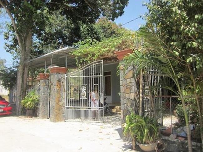 Mặc dù sở hữu trong tay khối tài sản khổng lồ, ngôi nhà ở quê của Trường Giangvẫn rất giản dị. Căn nhà tại Đồng Nai bao quanh bởi nhiều cây xanh mát, hiện nay bố mẹ anh vẫn đang sống tại đây.