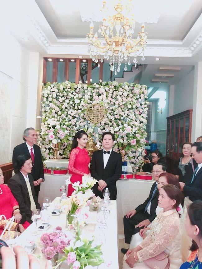 Về phía Nhã Phương, gia đình cô đã chuyển vềquận Tân Bình, Tp.HCM từ lâu, không gian rộng rãi trong ngôi nhà được Nhã Phương khoe trong ngày cưới. Đây là lần đầu tiên khán giả biết đến nhà của nữ diễn viên.