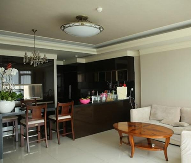 Hiện tại, cô đang sống và làm việc ở Sài Gòn, chốn dừng chân mỗi ngày của người đẹp là ở một căn hộ cao cấp tọa lạc trong trung tâm thành phố. Tuy không trang trí cầu kỳ, nhưng nội thất trong căn nhà đều có giá trị cao.