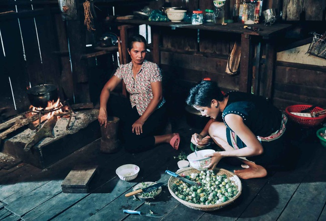 Trước đó, cô vẫn chia sẻ hình ảnh nấu ăn cùng mẹ trong căn nhà cũ. Không gian chật chội và chứa các đồ vật của nhiều năm trước đây. Cô từng chia sẻ ước mơ có thể xây được cho cha mẹ một căn nhà mới khang trang và đầy đủ hơn.