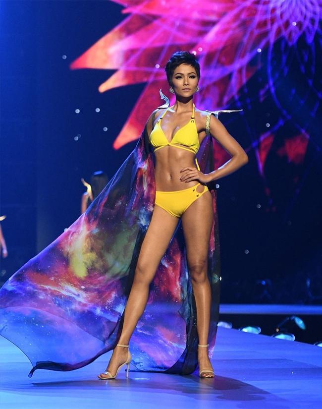 Đăng quang ngôi vịHoa hậu Hoàn vũ Việt Nam 2017,H'Hen Niê là người dân tộc thiểu số đầu tiên tại Việt Nam giành được vương miện của cuộc thi sắc đẹp cao quý này. H'Hen Niê cũng thành công lọt vào Top 5 chung cuộc của cuộc thi Hoa Hậu Hoàn vũ năm 2018.