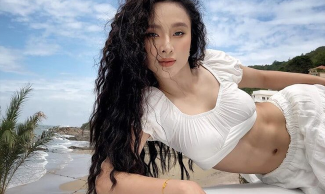 """Angela Phương Trinh từng là """"Nữ hoàng thị phi"""" một thời của showbiz Việt. Mỹ nhân sinh năm 1995 hoạt động nghệ thuật từ nhỏ, giờ đây cô đã góp mặt trong hơn 50 bộ phim cả truyền hình lẫn điện ảnh."""