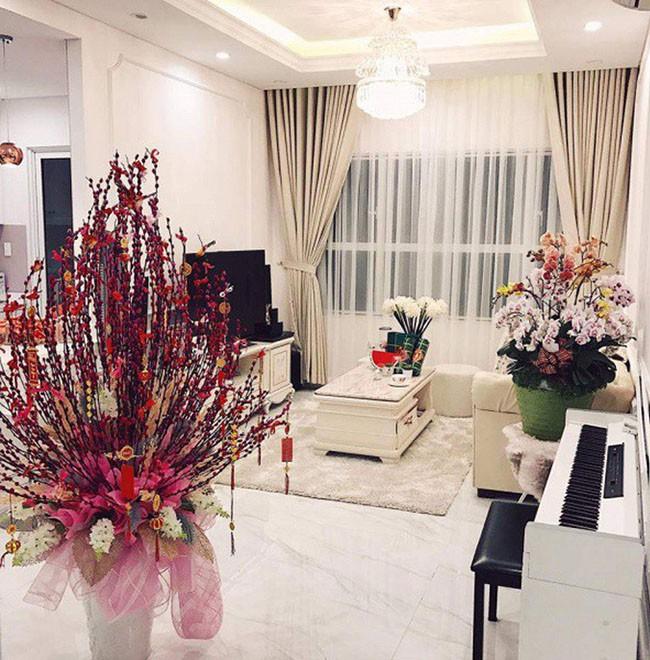 Cô là một trong những người đẹp sở hữu tài sản khủng khi tuổi đời còn rất trẻ. Năm 2017, Angela Phương Trinh đã khoe căn hộ trị giá 5 tỷ đồng mà cô mua để sinh sống cùng gia đình.