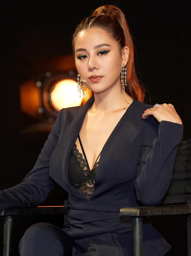 Được mệnh danh là 'Kiều nữ làng hài', Nam Thư không chỉ có khả năng diễn xuất vượt trội, mà còn có thân hình nóng bỏng không thua kém người mẫu. Sau khi tham gia chương trình Cười xuyên Việt năm 2015, Nam Thư đã tạo được dấu ấn sâu đậm trong lòng khán giả.