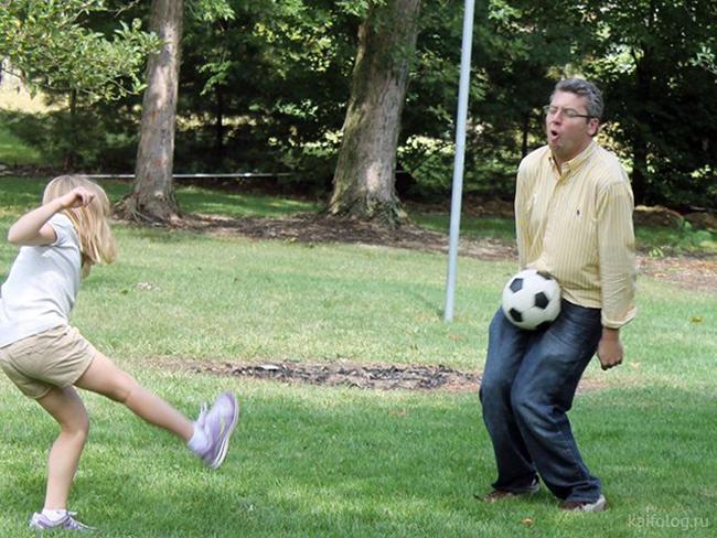 Vẻ mặt vui mừng khi ông bố ở nhà chơi cùng con gái.