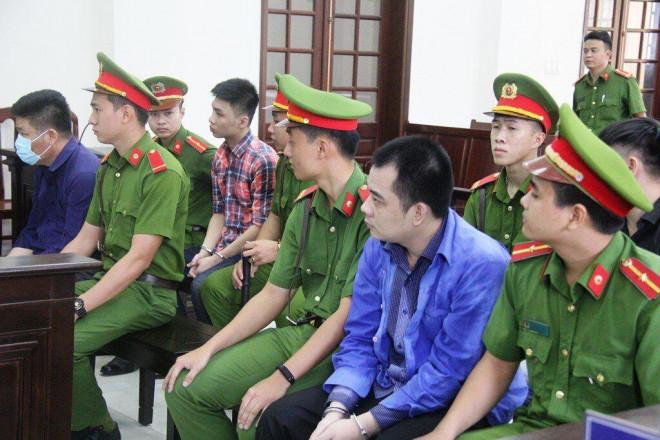 Hình ảnh nhóm giang hồ xăm trổ vây xe chở công an ở Đồng Nai hầu tòa - 1