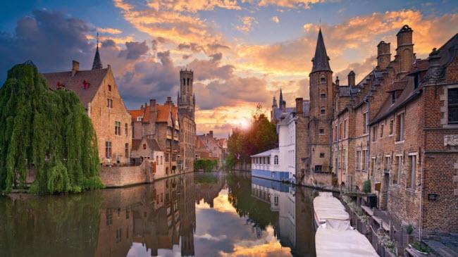 Bruges, Bỉ:Đường phố cổ kính và các dòng kênh tạo nên vẻ đẹp quyến rũ cho thành phố Bruges. Quảng trưởng chính của thành phố là địa điểm lý tưởng dành cho du khách thưởng thức bia hảo hạng ở đây.