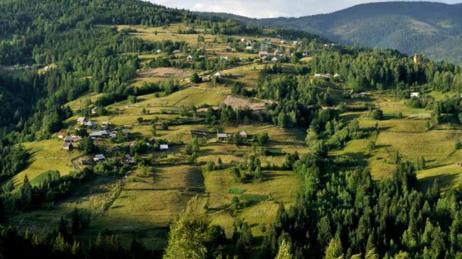Dãy núi Apuseni, Romania:Nằm ở vùng Transylvania, dãy núi Apuseni có thời tiết mát mẻ và phong cảnh đẹp, rất lý tưởng cho các chuyến du lịch vào mùa hè.