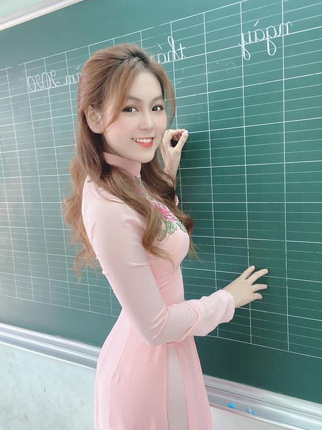 Trần Nam Trân (sinh năm 1996, cựu nữ sinh trường Đại học Sư phạm TP.HCM) từng nổi như cồn trên MXH với loạt ảnh cô giáo thực tập xinh đẹp.