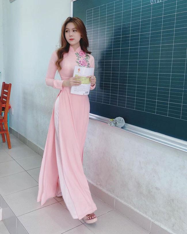 Loạt ảnh cô giáo trẻ diện áo dài duyên dáng trong lớp học từng được dân mạng chia sẻ rần rần.