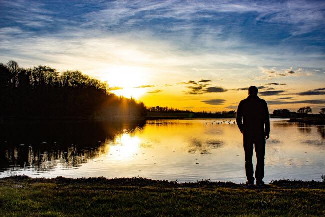 Khung cảnh bình minh trên hồ Carburton Forge ở Nottinghamshire.
