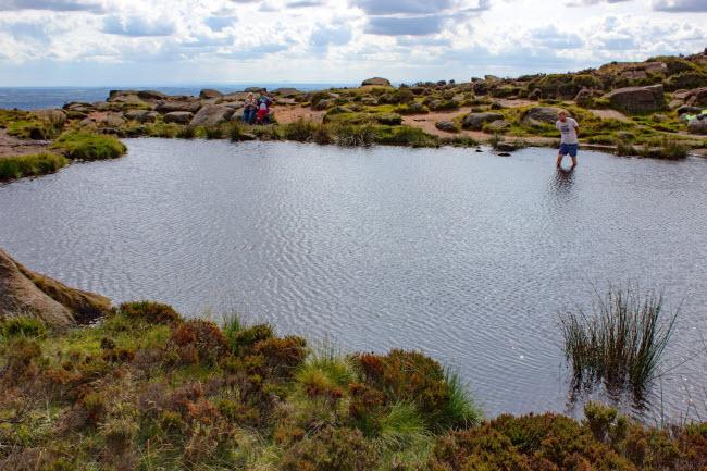Du khách lội qua hồ nước trong vườn quốc gia Quận Peak.