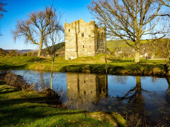 Tàn tích của lâu đài cổ Hopton ở Shropshire. Nhóm nhiếp ảnh gia Nikki Squires, Richard Clifford và John Webster đã dành tất các ngày cuối tuần trong suốt 2 năm để ghi lại hình ảnh những địa điểm có phong cảnh đẹp ở miền trung nước Anh.