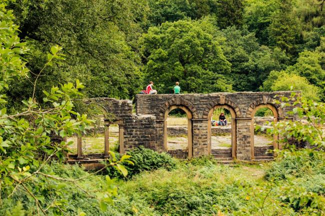 Tàn tích của công trình Errwood Hall và nghĩa địa ở thung lũng Goyt.