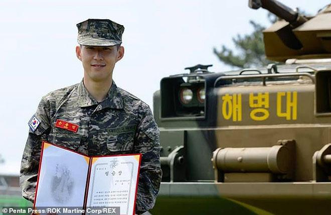 """""""Siêu chiến binh"""" Son Heung Min xuất hiện: Thoát cách ly, mặt tươi roi rói - 1"""