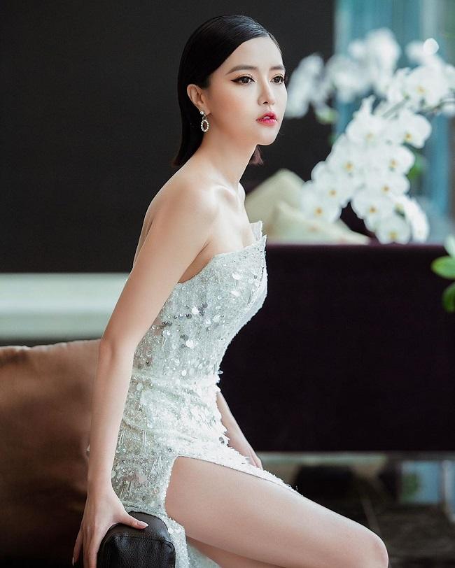 Một nhan sắc đình đám khác đến từ Quảng Ninh là nữ ca sĩ Bích Phương. So với thuở mới vào ngề, ngoại hình của cô có nhiều thay đổi tích cực, ngày càng trẻ trung, quyến rũ.