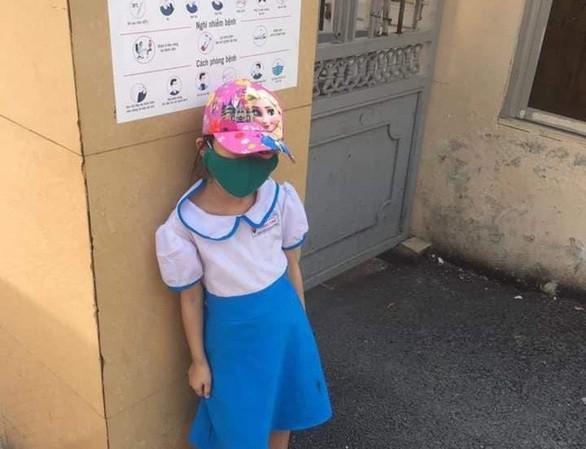 Đi học sớm, 1 học sinh bị bắt đứng ngoài cổng trường - 1
