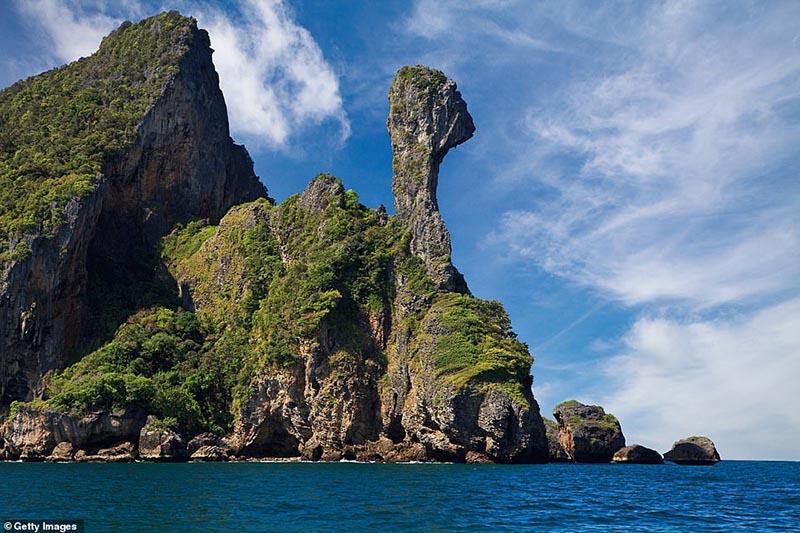Hòn đảo nhiệt đới kỳ quái ở Thái Lan trông giống như một con gà - 1