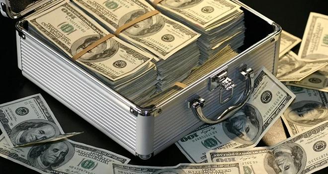 Phát hiện vật lạ chắn giữa đường, mở ra thấy toàn tiền mặt gần 1 triệu USD - 1