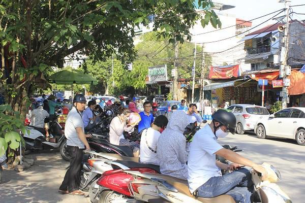 Không bán trú, tan trường lúc 4 giờ chiều, học sinh Hà Nội khốn khổ vì nắng nóng - 1