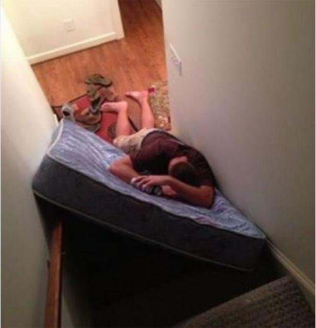 Sây rồi thì ở đâu cũng ngủ được thôi mà.