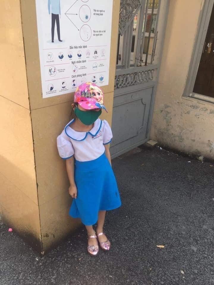 Vụ học sinh lớp 1 đứng ngoài cổng trường giữa trưa nắng: Phụ huynh xin rút kinh nghiệm - 1