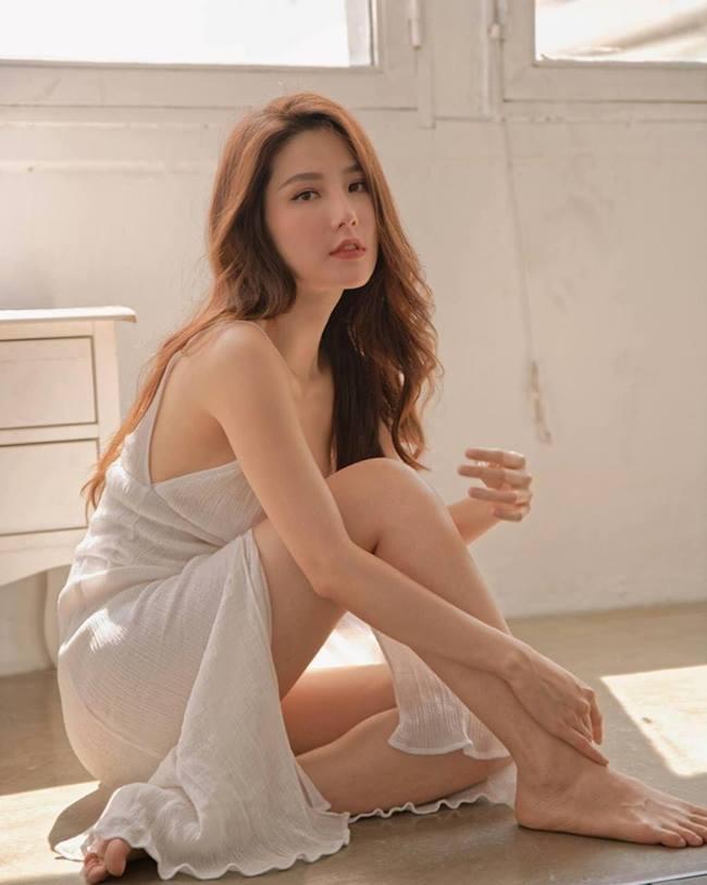 Diễm My gây mê với chiếc váy ngủ trắng tinh khôi như nàng thơ.