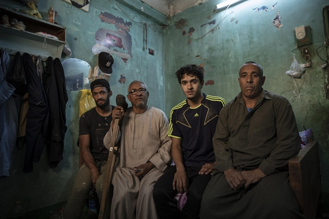 Mahrous Mahmoudthể hiện được tài năng thể thao từ khi còn nhỏ. Nam thanh niên này từng là võ sĩ quyền anh ở một câu lạc bộ, sau đó chuyển sang chơi bóng ném. Sau khi được các huấn luyện viên thuyết phục gia nhập đội bóng đá, từ năm 16 tuổi anh chơi bóng đá chuyên nghiệp.