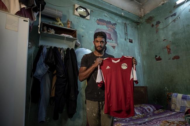 Không lâu sau khi Ai Cập phong tỏa một phần đất nước, Mahrous Mahmoud tìm việc làm nhưng chỉ có thể tìm được công việc thợ xây.