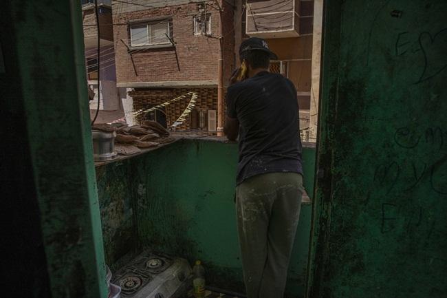 Cả gia đình sống trong một căn phòng của ngôi nhà 3 tầng chung với 6 gia đình khác. Mahrous Mahmoud là người giúp bố, mẹ và em trai.