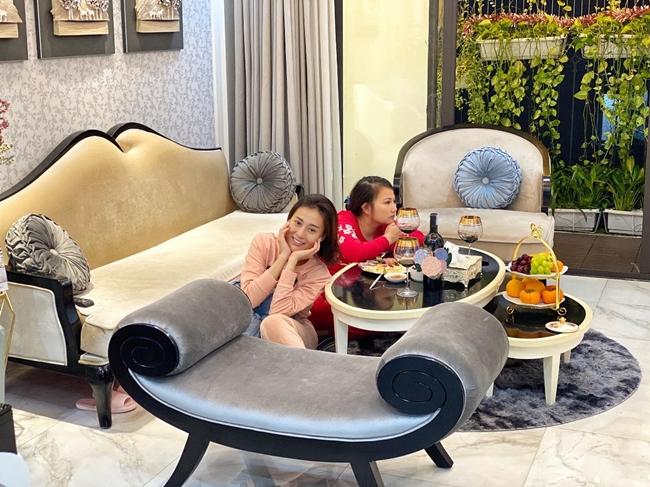 Không gian phòng khách và phòng ăn của Phương Oanh có thiết kế cầu kỳ. Những món đồ trang trí được nữ diễn viên lựa chọn kĩ càng. Thỉnh thoảng, người thân bạn bè của nữ diễn viên đến chơi với người đẹp.