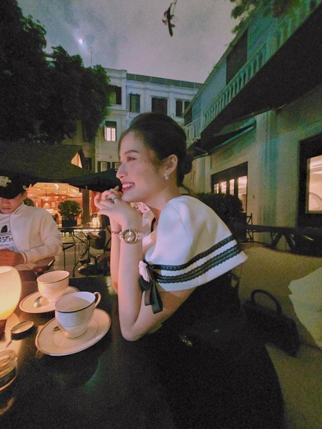 Mới đây nhất, trên trang cá nhân, hoa hậu Đông Nam Á Phan Hoàng Thu chia sẻ một bức ảnh trong tiệc trà tối cùng bạn bè. Ở góc nghiêng, trông cô vẫn thật cuốn hút bởi thần thái sang trọng và nụ cười rạng rỡ. Nhìn kỹ tấm ảnh mà cô chia sẻ, fan tinh mắt sẽ thấy ngồi phía tay phải là một chàng trai diện đồ thể thao, đội mũ lưỡi trai và dáng vóc cao to, khuôn mặt khá quen thuộc. Không đánh dấu tên bất kỳ ai, cũng không check-in địa điểm, nàng Hoa hậu khiến dân mạng không khỏi tò mò.