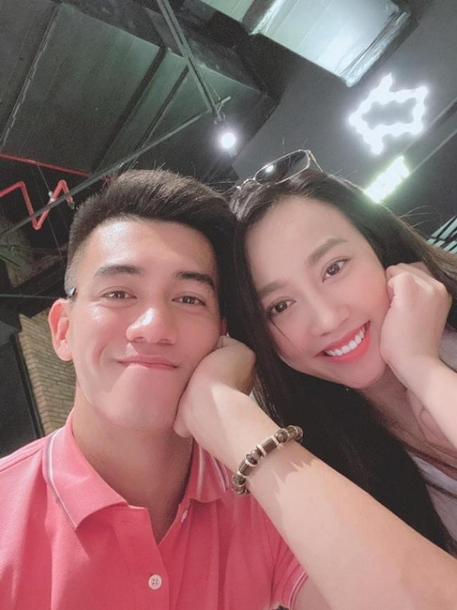 Trước khi vướng tin đồn hẹn hò cùng Phan Hoàng Thu, Tiến Linh cũng từng có mối tình ngắn cùng bạn gái hơn tuổi Huỳnh Hồng Loan.