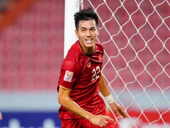 Tiến Linh được biết đến là một trong những cầu thủ điển trai hàng đầu của đội tuyển Việt Nam. Không chỉ được ngưỡng mộ bởi tài năng đá bóng, đời tư của Tiến Linh cũng là đề tài được nhiều người hâm mộ chú ý.