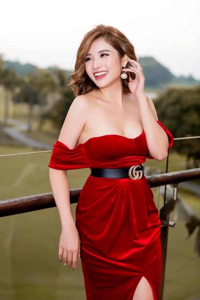 Phan Hoàng Thu sinh năm 1990,được nhiều người biết tới sau khi đoạt danh hiệu Hoa hậu Đông Nam Á 2014. Cô hiện làm mẹ đơn thân của một cậu con trai tên ở nhà là Bào Ngư.Người đẹp hoạt động trong nhiều lĩnh vực kinh doanh spa, kiến trúc, MC…. Người đẹp theo đuổi phong cách gợi cảm từ nhiều năm nay và luôn đầu tư chỉn chu cho vẻ bề ngoài mỗi lần xuất hiện tại các sự kiện.