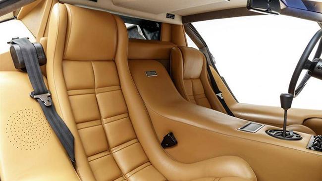 Chiếc xe này được trang bị đầy đủ sách, dụng cụ và bốn bộ hành lý bằng da giống với màu nội thất xe