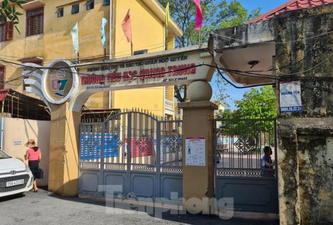 Học sinh tiểu học đội nắng ở cổng trường: Sẽ mở cổng trường cả trong giờ nghỉ trưa - 1