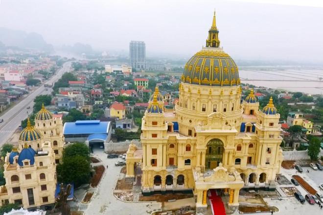 Chiêm ngưỡng lâu đài mạ vàng gây choáng của đại gia Ninh Bình - 1