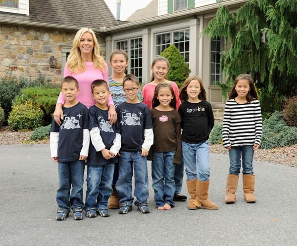 Mang bầu 6 sinh con thành công, mẹ kiếm bộn tiền nhờ cho quay cảnh sinh hoạt gia đình - 1