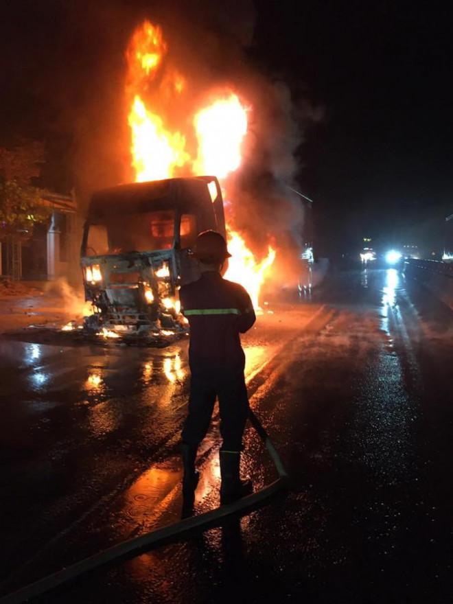 Đang lưu thông, chiếc xe đầu kéo bất ngờ bốc cháy dữ dội - 1