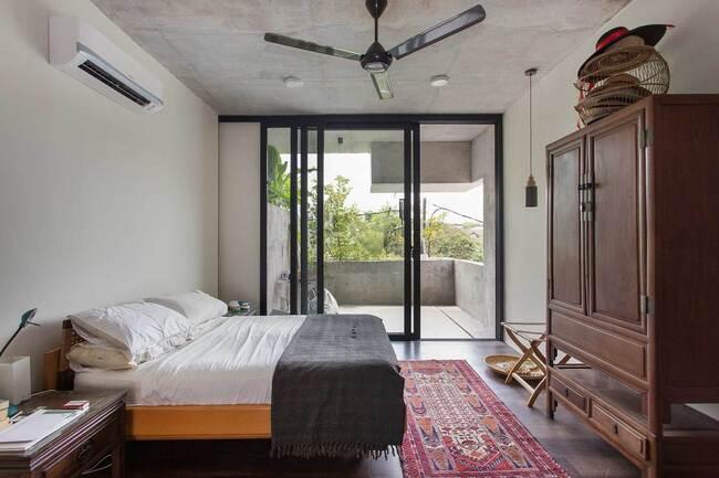 Phòng ngủ đơn giản, mang đậm tính truyền thống địa phương với những đồ nan tre giản dị.