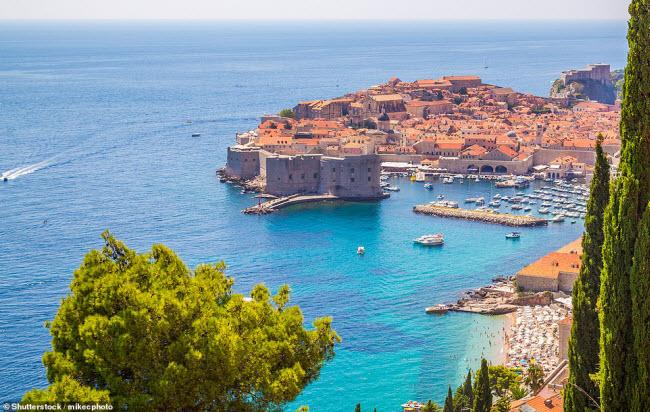 Dubrovnik, Croatia: Cảng biển cổ ở thành phố này được xây dựng từ thế kỷ thứ 15 và ngày nay nơi đây trở thành một địa điểm du lịch hấp dẫn. Pháo đài St John trên bến cảng được xây dựng vào năm 1346 để bảo vệ thành phố khỏi cướp biển.
