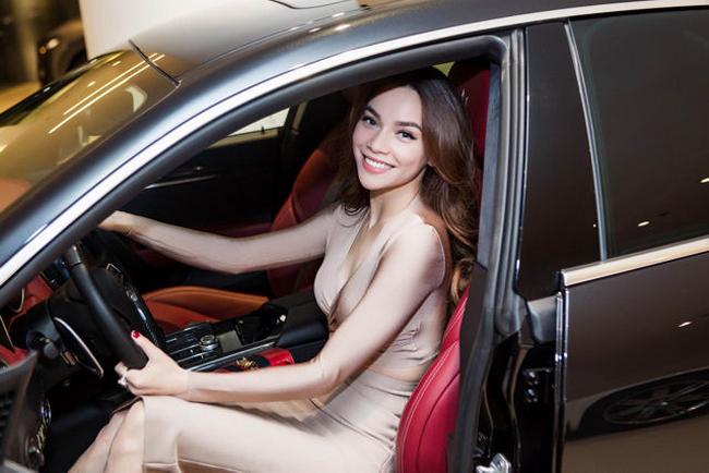 """Ngoài ra, Hồ Ngọc Hà còn là một """"tay chơi"""" xe hạng sang. Cô sắmsiêu xe Maserati 7 tỷ đồng vào năm 2017."""